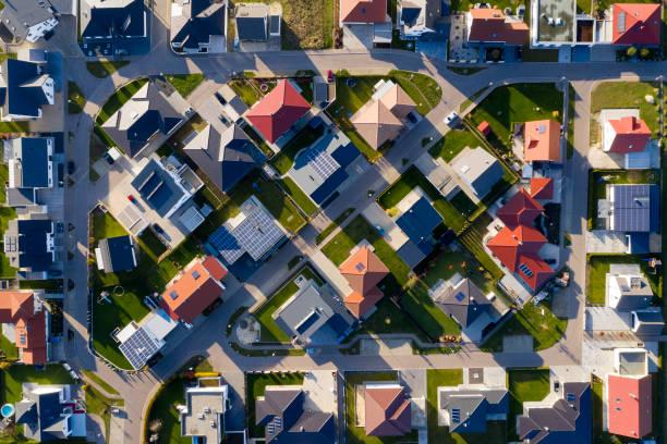 nieuwbouw woning van bovenaf - vanuit een drone gezien stockfoto's en -beelden