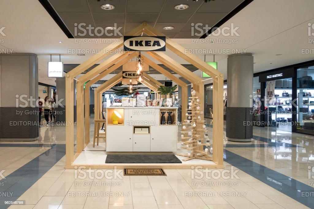 Finestrat, Espanha - 26 de dezembro de 2017: Carrinho de Ikea novo no centro comercial de La Marina, Finestrat, Espanha. Consulta de cliente novo conceito e ponto de serviço - Foto de stock de Arquitetura royalty-free