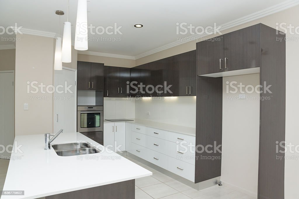New kitchen with granite bench and tiled floor photo libre de droits