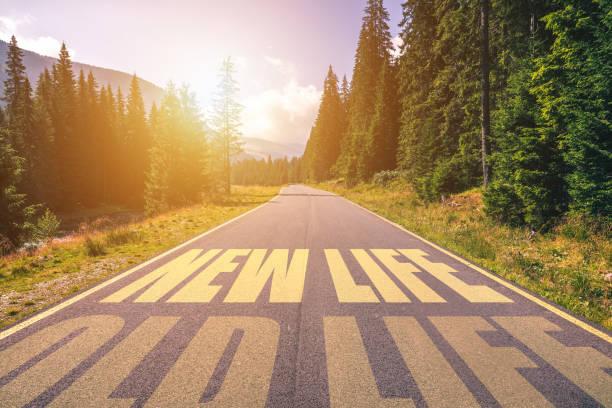 Neues Lebens-und altes Lebenskonzept. Auf einer leeren Straße in den Bergen ins Neue Leben fahren und das Alte Leben hinter sich lassen. – Foto