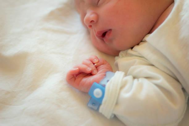 new leben - neugeborene krankenhaus outfits stock-fotos und bilder