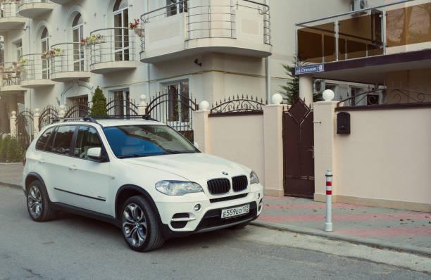 neue luxus bmw x5 in der nähe haus geparkt. - bmw x5 stock-fotos und bilder