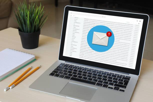 Neue Post Online-Nachricht e-Mail-Kommunikation Laptop Computer-Schreibtisch – Foto