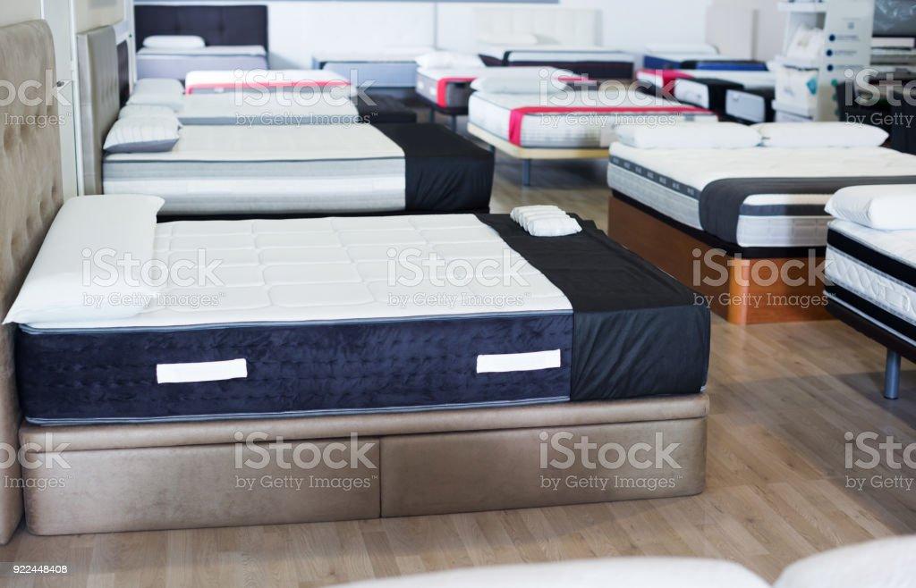 novas colchões nas camas na loja - foto de acervo