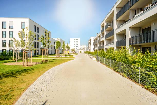 Novos prédios modernos em um complexo residencial na cidade - foto de acervo