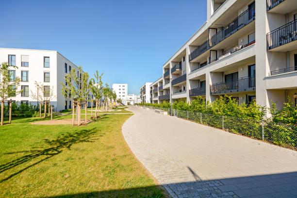 Neue moderne Mehrfamilienhäuser in einer Wohnanlage in der Stadt – Foto