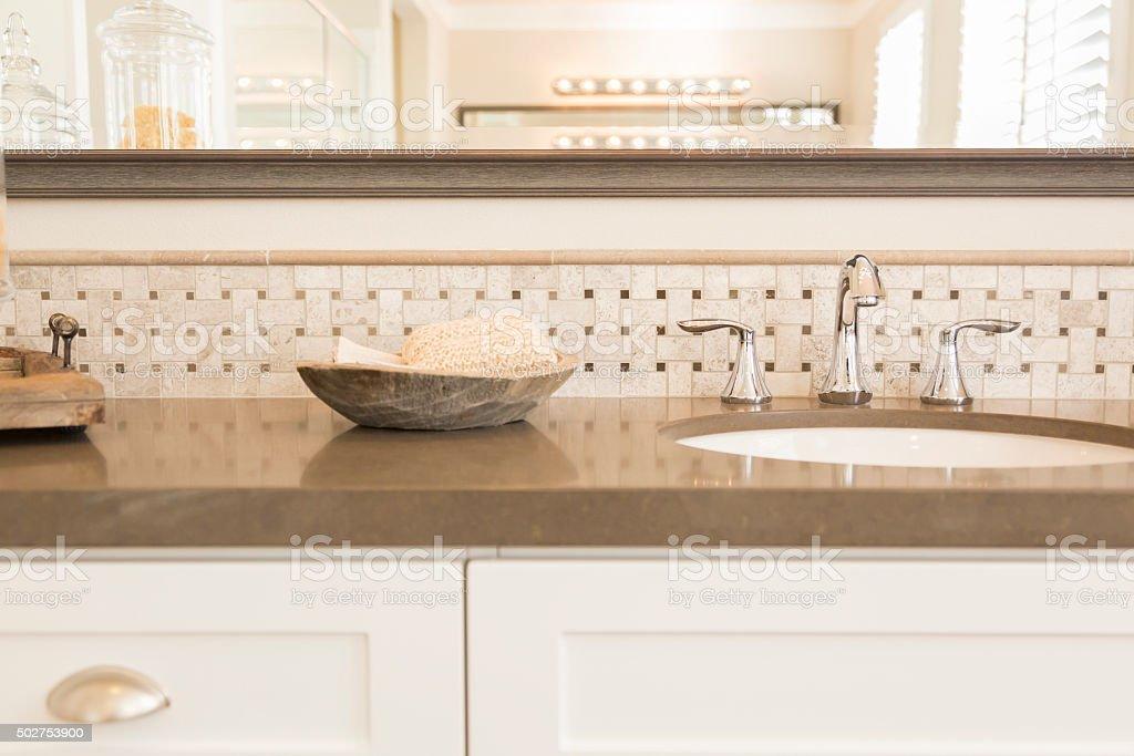 neue moderne badezimmer waschbecken und wasserhahn. Black Bedroom Furniture Sets. Home Design Ideas