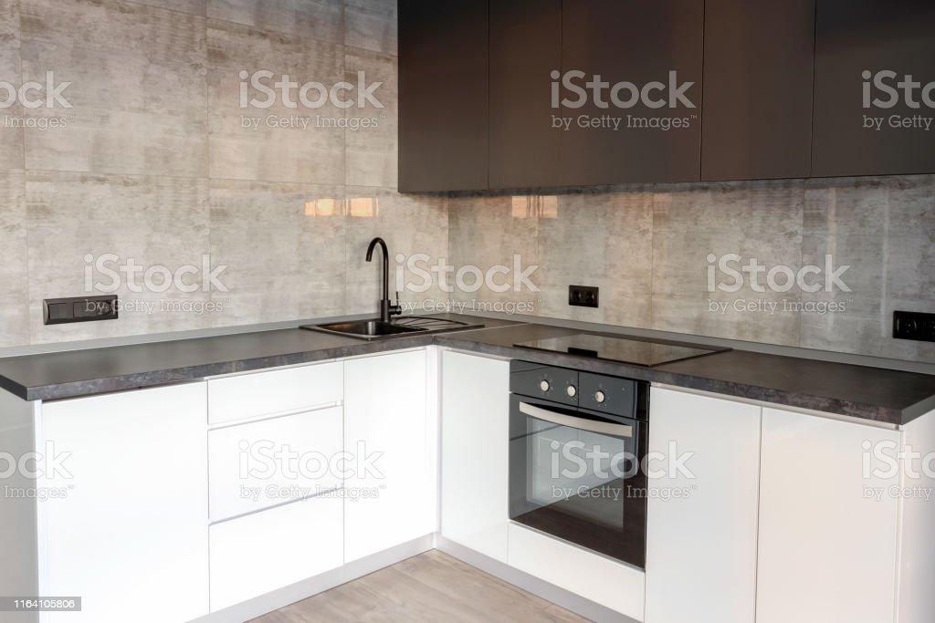 Neue Moderne Leere Kuche Innenraum In Weissen Und Grauen Farben Kopierraum Kuchengerate Stockfoto Und Mehr Bilder Von Arbeitsplatte Istock