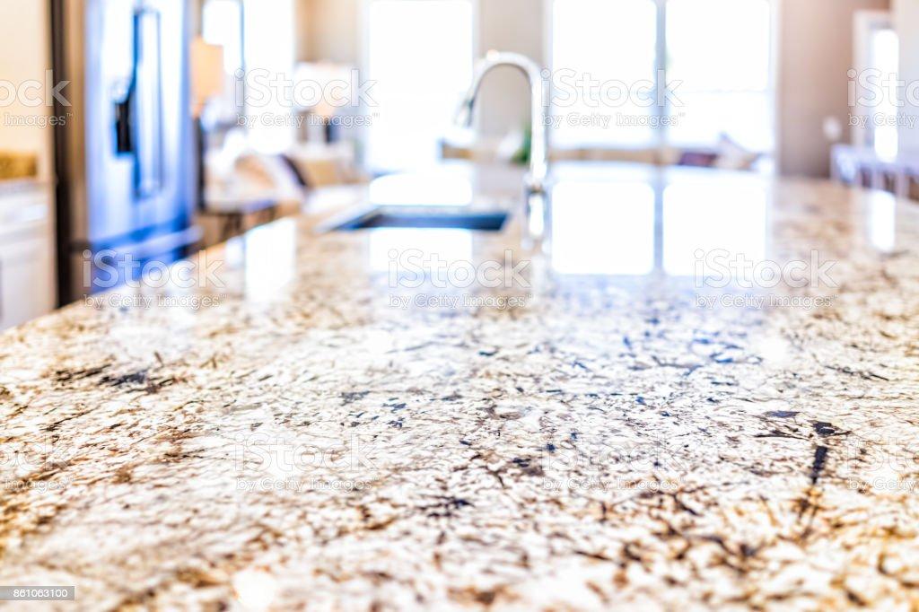 Novo moderno torneira e cozinha sala pia closeup com bancadas de granito e ilha na casa modelo, casa, apartamento - foto de acervo