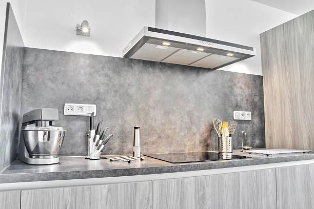 neuer moderner europäischer küche mit kochutensilien - anrichte weiß stock-fotos und bilder