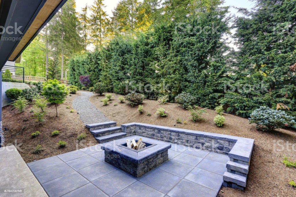 Neue moderne Haus verfügt über einen Garten mit Feuerstelle – Foto