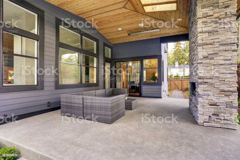 Photo de stock de Nouvelle Maison Moderne Dispose Dun Jardin Avec ...
