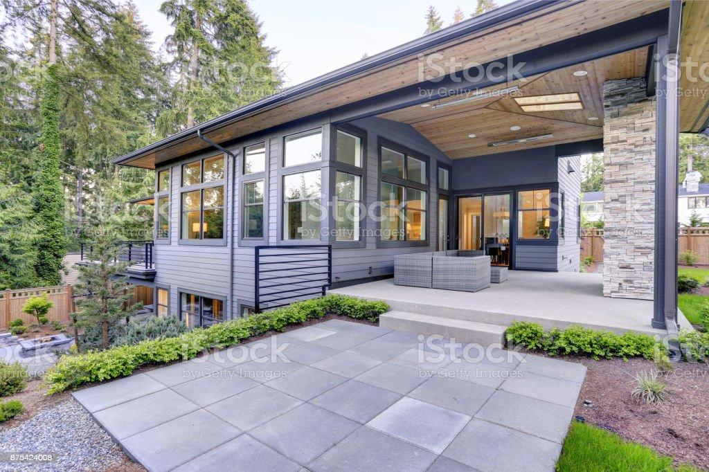Nouvelle Maison Moderne Dispose Du0027un Jardin Avec Patio Photo Libre De Droits