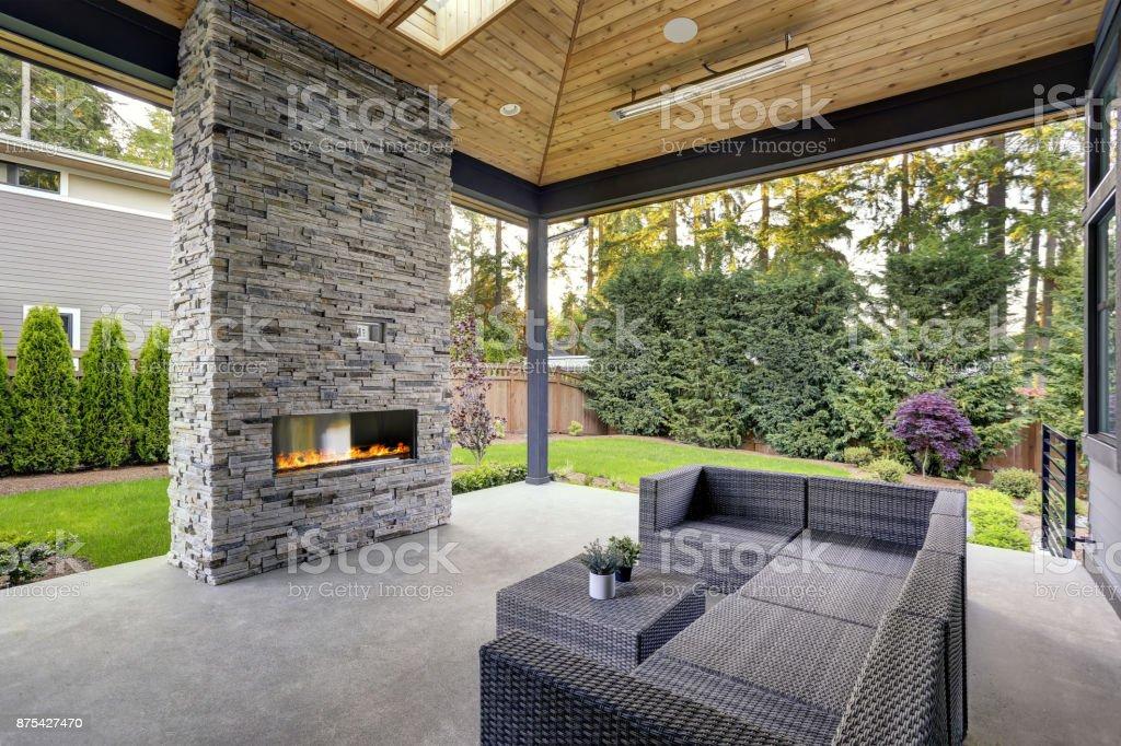 Neue moderne Haus verfügt über einen Garten mit Terrasse – Foto