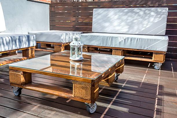 neue moderne palette forniture - paletten terrasse stock-fotos und bilder