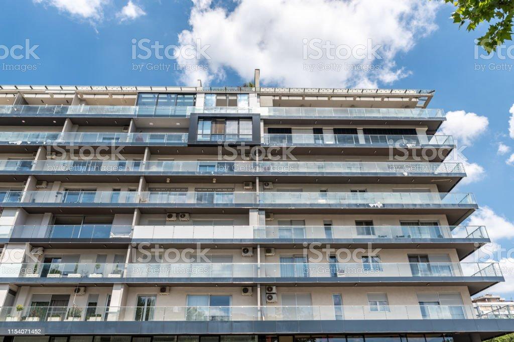 Nuevo Edificio Residencial Moderno Con Paredes De Terraza De