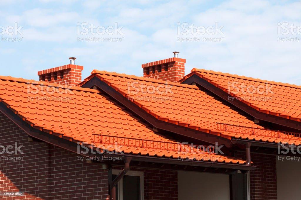 Neues, modernes Dach aus roter Keramik-Fliesen. – Foto