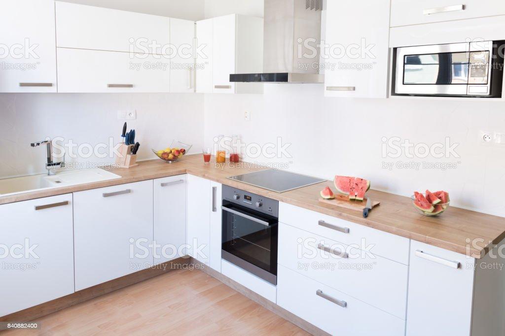 Neue Moderne Weiße Küche Interieur Hintergrund Stockfoto und mehr Bilder  von Arbeitsplatte