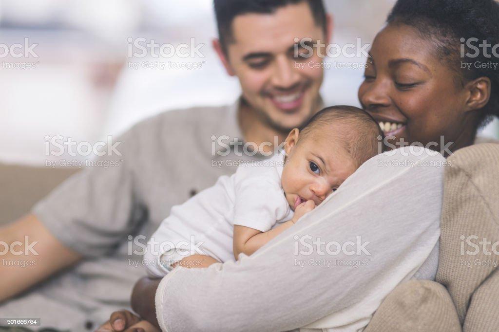 Nueva mamá tiene a su bebé a su pecho - foto de stock