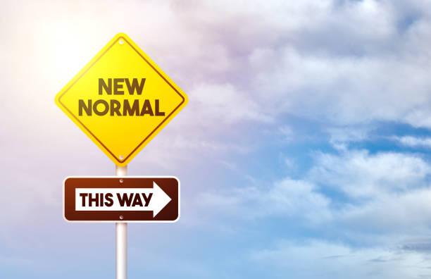 코로나 바이러스 후 새로운 정상. 새로운 일반 도로 표지판. - 일과 뉴스 사진 이미지