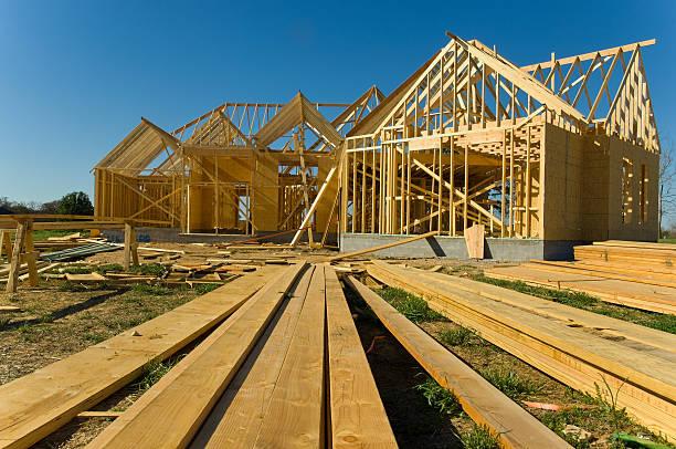 nova uma história casa em construção em dia ensolarado - nova casa - fotografias e filmes do acervo
