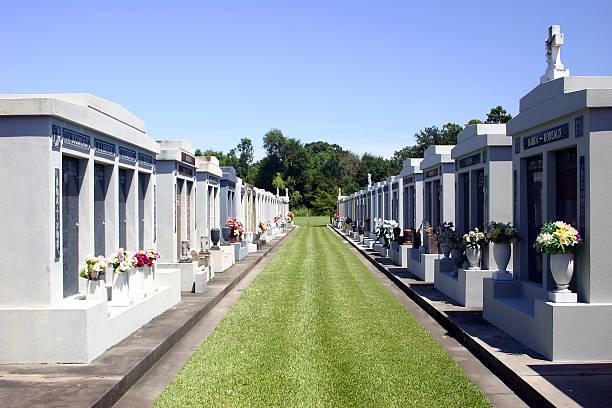 new orleans cemetery - mausoleum stockfoto's en -beelden