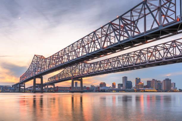new orleans, louisiana, usa på crescent city connection bridge över mississippifloden. - bridge bildbanksfoton och bilder