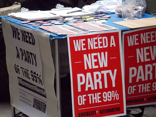 new party signs at bernie sanders rally in nyc - bernie sanders zdjęcia i obrazy z banku zdjęć