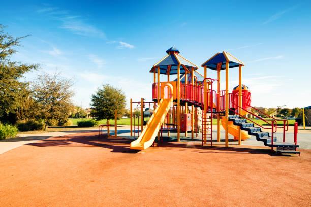 Neue öffentliche s Kinder park Spielplatz in Kalifornien mit Rutschen an einem sonnigen Tag – Foto
