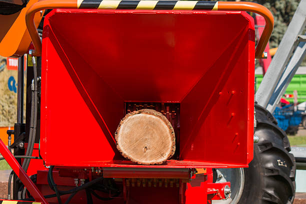 neue rote erhalt mündung des häcksler bei demonstration-log - häcksler stock-fotos und bilder