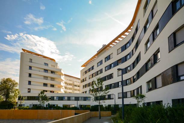 Nya bostäder och kommersiella byggnader med moderna fasad i staden bildbanksfoto