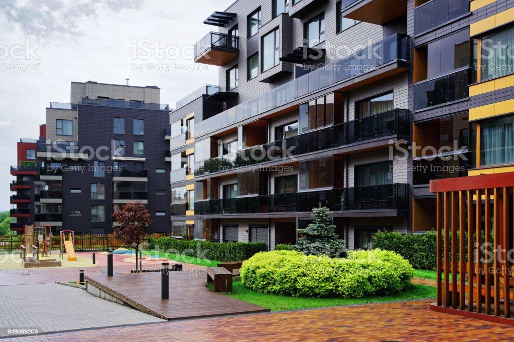 Novo bairro de edifício residencial com bancos - foto de acervo