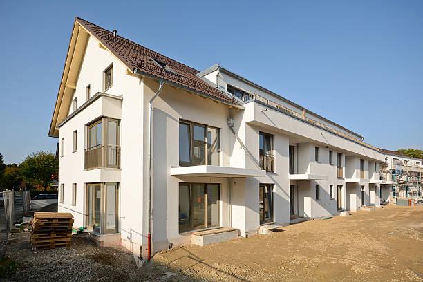 Neue Wohnhäuser mit Einrichtungen im Freien, die Arbeiten in der Nähe der Fertigstellung – Foto