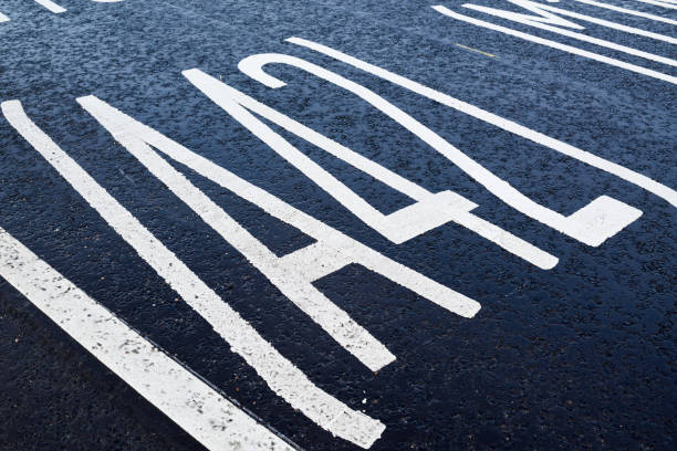 Neue Straßenschilder und Straßenmarkierungen für East Midlands Gateway. – Foto
