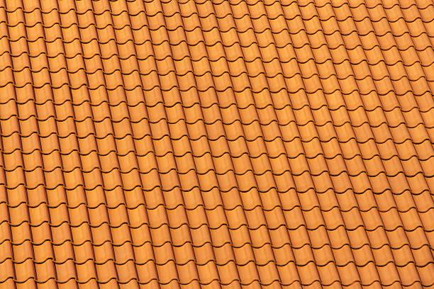 neue dach-fliesen - dachschräge einrichten stock-fotos und bilder