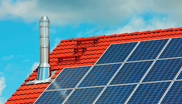 neue dach mit solarenergie panels - hajohoos stock-fotos und bilder