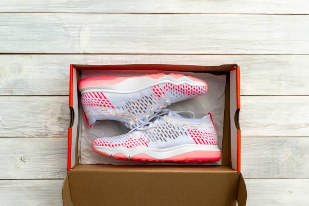 sepatu baru di kotak - shoes gift potret stok, foto, & gambar bebas royalti