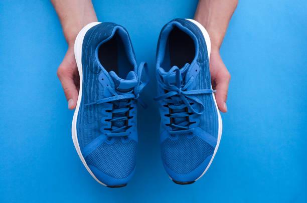 nieuwe sneakers. - shoe stockfoto's en -beelden