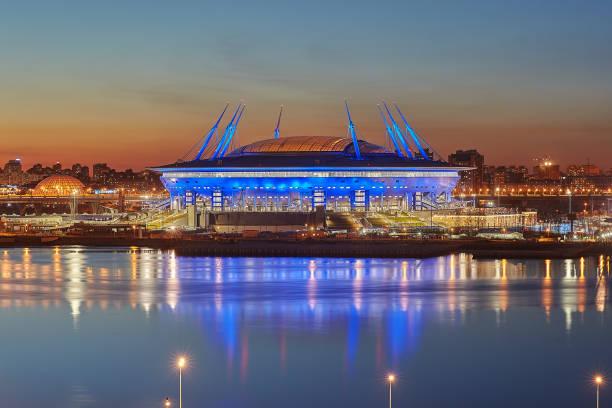 nieuwe voetbalstadion op krestovsky eiland in st. petersburg, rusland. - neva stockfoto's en -beelden