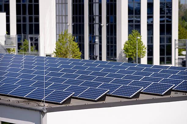 Neue Sonnenkollektoren auf dem Dach einer Industriegebäude – Foto