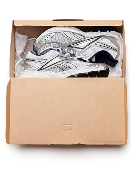neue sportschuhe in box - neue sneaker stock-fotos und bilder