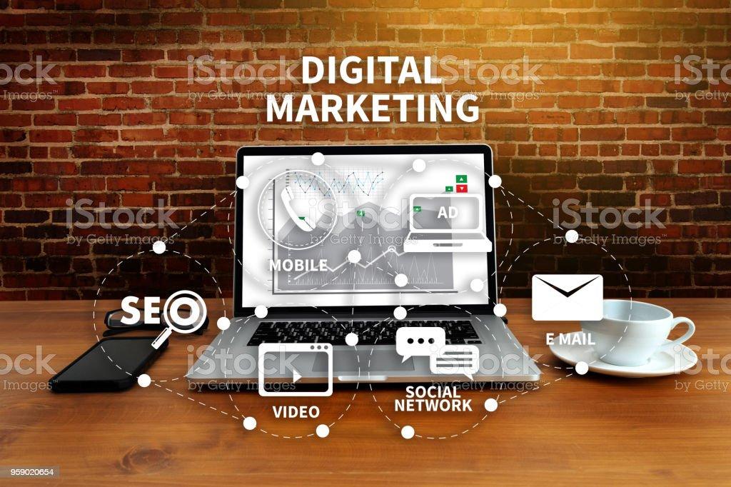 DIGITAL MARKETING neue Start-up Projekt MILLENNIALS Business Team Hände bei Arbeiten mit Finanzberichte und einen laptop – Foto