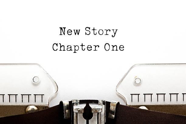 neue geschichte kapitel einer schreibmaschine - erzählender schreibstil stock-fotos und bilder