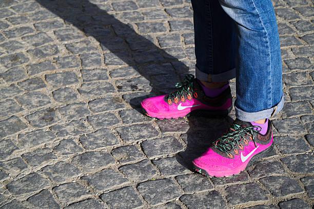 new style pink nike shoes at street - nike damen sneaker stock-fotos und bilder