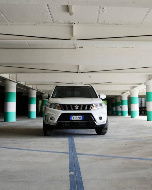 Neue Suzuki Vitara in Garage geparkt. – Foto