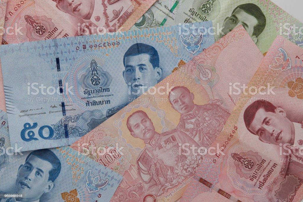 Nieuwe Thaise Baht bankbiljetten met de afbeelding van koning Rama X op witte achtergrond - Royalty-free Bank - Financieel gebouw Stockfoto