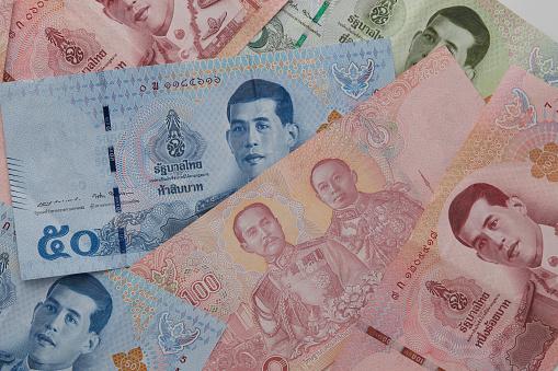 Nieuwe Thaise Baht Bankbiljetten Met De Afbeelding Van Koning Rama X Op Witte Achtergrond Stockfoto en meer beelden van Bank - Financieel gebouw