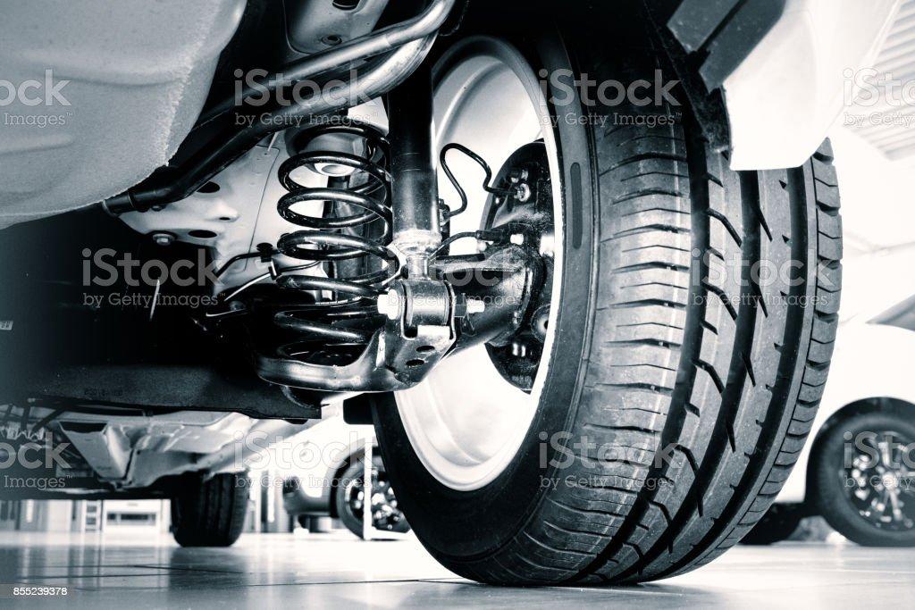 Neue Reifen und Stoßdämpfer – Foto