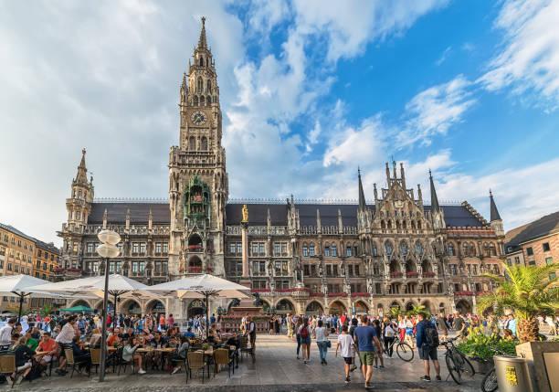 nya stadshuset på torget marienplatz i münchen, bayern, tyskland - münchens nya rådhus bildbanksfoton och bilder