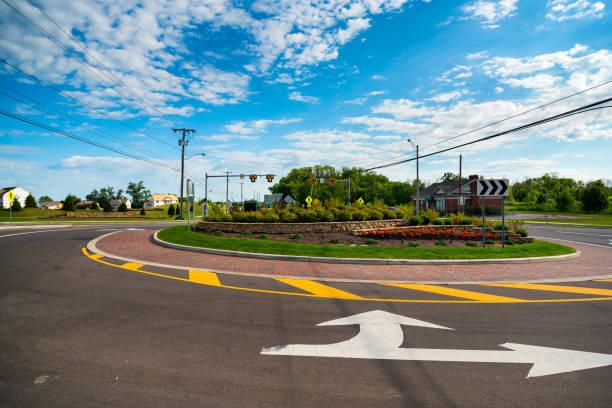 neuer kreisverkehr - kreisverkehr stock-fotos und bilder